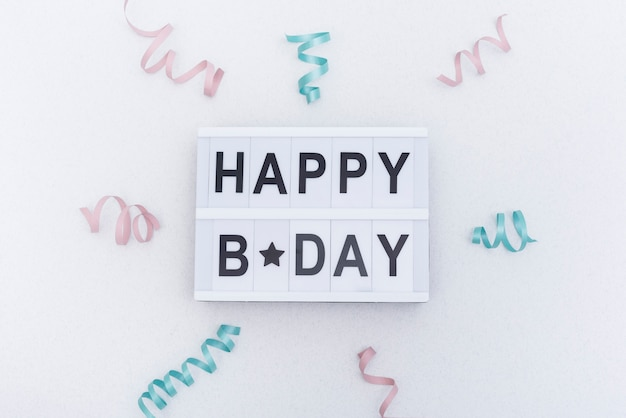 Buon compleanno lettering decorato con nastri Foto Gratuite
