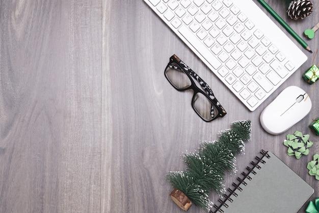 Buon natale e felice anno nuovo concetto di spazio di lavoro in ufficio. Foto Premium