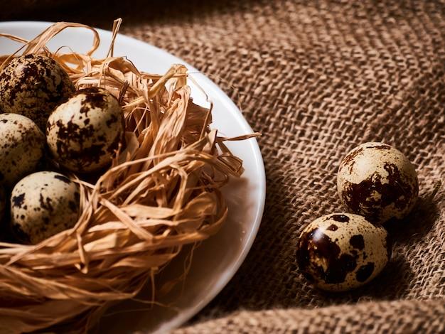 Buona pasqua. complimenti pasqua. uova di pasqua e fiori Foto Premium