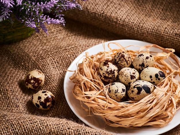 Buona pasqua. complimenti tavola di pasqua. uova di pasqua e fiori. Foto Premium