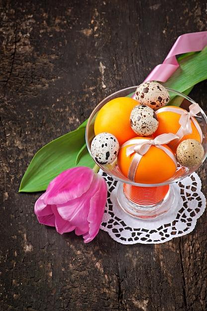 Buona pasqua. fiori e uova colorate Foto Gratuite