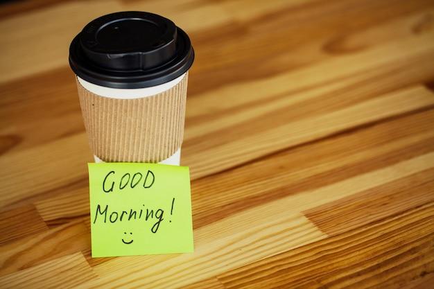 Buongiorno, ora del caffè, caffè per andare e fagioli su un legno Foto Premium