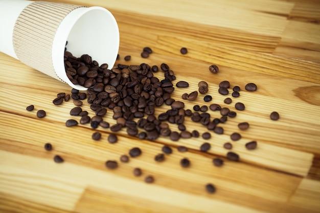Buongiorno. tempo del caffè. caffè per andare e fagioli Foto Premium