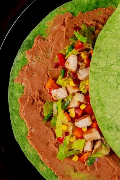 Burito messicano con salsa e pepe. burito con contorno in ristorante servito a pezzi. Foto Premium