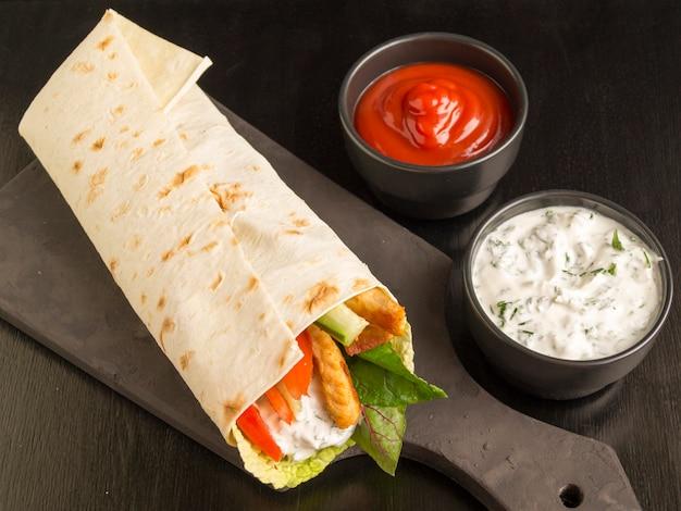 Burrito con pollo e verdure grigliate (fajitas, pane pita, shawarma) Foto Premium