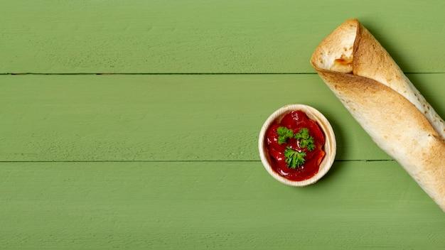 Burrito tostato e salsa in ciotola Foto Gratuite