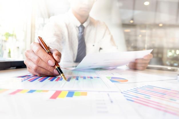 Business analizza il concetto di idea. Foto Gratuite