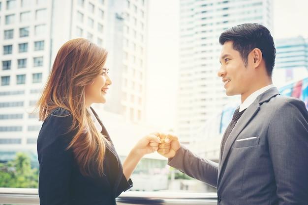 Business persone mano clasping fiducia di successo, concetto di fiducia. Foto Gratuite