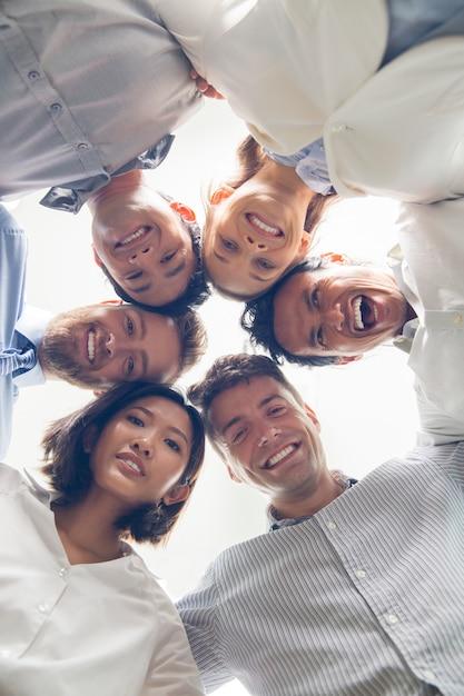 Business team di successo abbracciando e sorridente Foto Gratuite