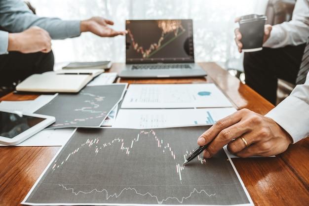 Business team investment entrepreneur trading discutendo e analizzando il mercato azionario del grafico Foto Premium