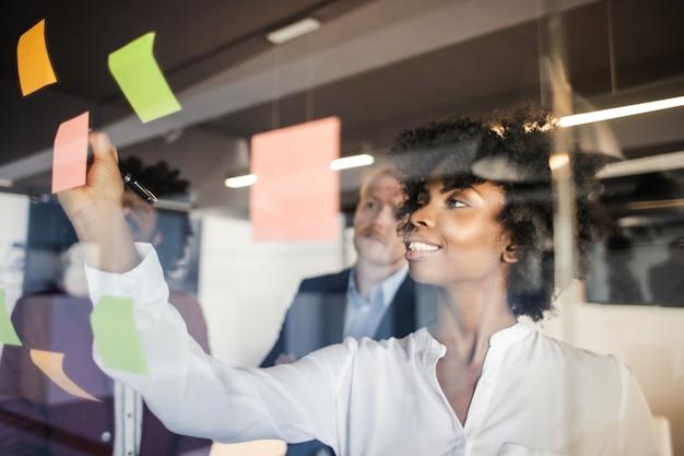 Business team multietnico in un brainstorming Foto Premium