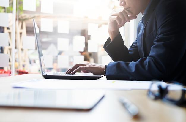 Businessman analisi di lavoro di business informazioni. Foto Gratuite