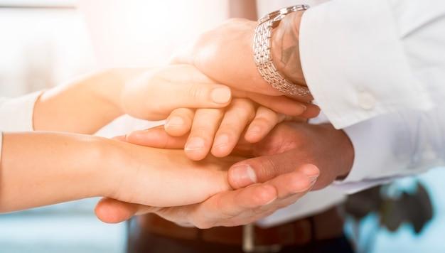 Businesspeople multirazziale che impila le mani su a vicenda Foto Gratuite