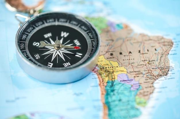 Bussola con la mappa del mondo Foto Premium