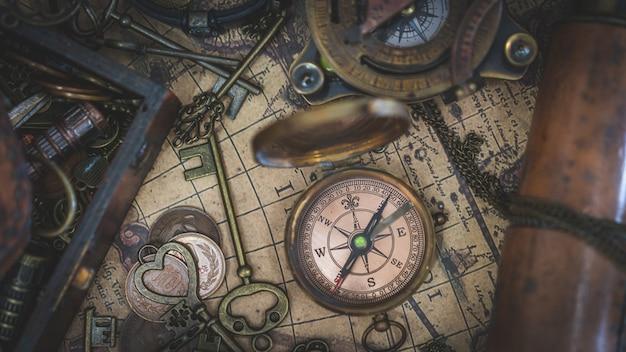 Bussola d'epoca sulla mappa del mondo antico Foto Premium