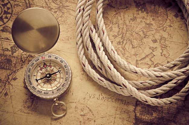 Bussola d'epoca sulla vecchia mappa Foto Premium