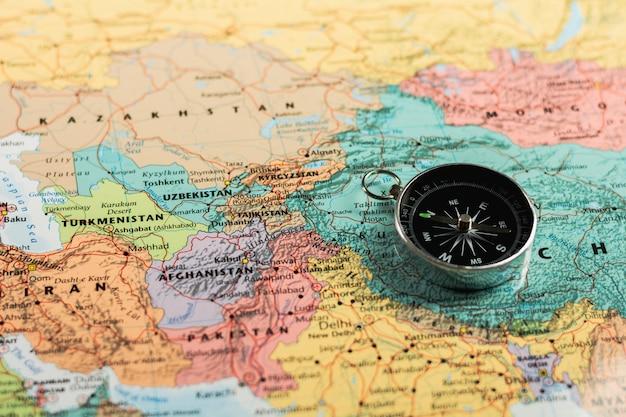 Bussola magnetica sulla mappa. Foto Premium