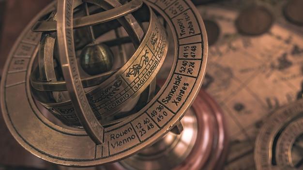 Bussola meridiana nautica con un segno zodiacale globo celeste Foto Premium