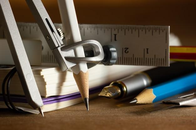 Bussola per disegno e stazionaria sul tavolo di legno. Foto Premium