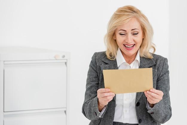 Busta della lettura della donna dell'angolo alto Foto Gratuite