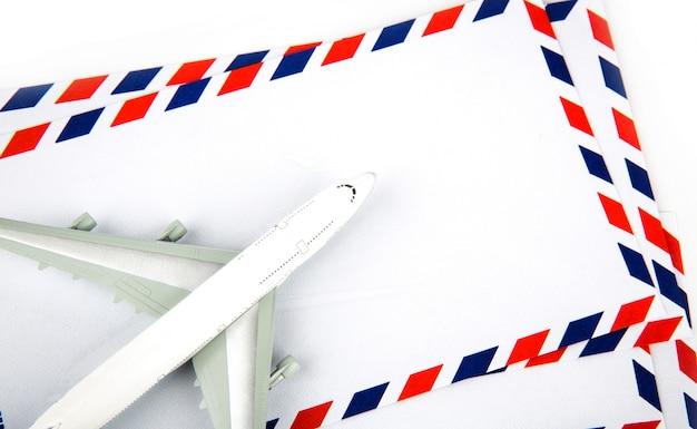 Busta di posta aerea con il modello dell'aeroplano Foto Gratuite