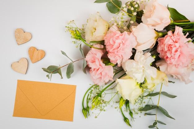 Busta mock-up con fiori Foto Gratuite