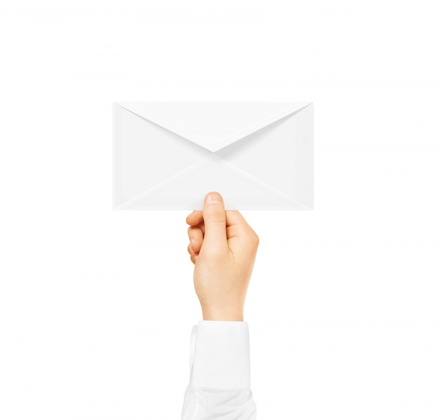 Busta vuota bianca mock up tenendo in mano. documento postale vuoto Foto Premium