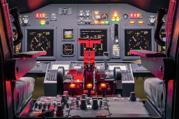 Cabina di guida di un simulatore di volo fatto in casa - concetto di sviluppo del settore aerospaziale Foto Premium