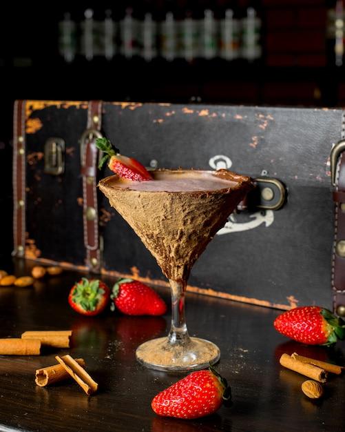 Cacao in vetro di cocco sul tavolo Foto Gratuite