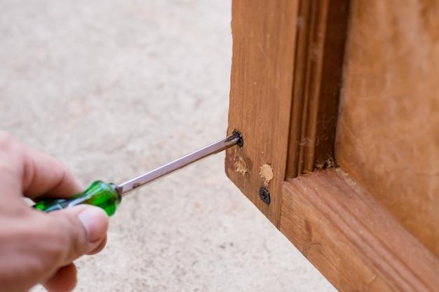 Cacciavite in una costruzione in legno Foto Premium
