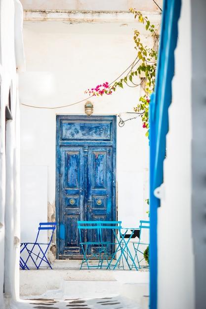 Caffè all'aperto su una via del villaggio tradizionale greco tipico in grecia. Foto Premium