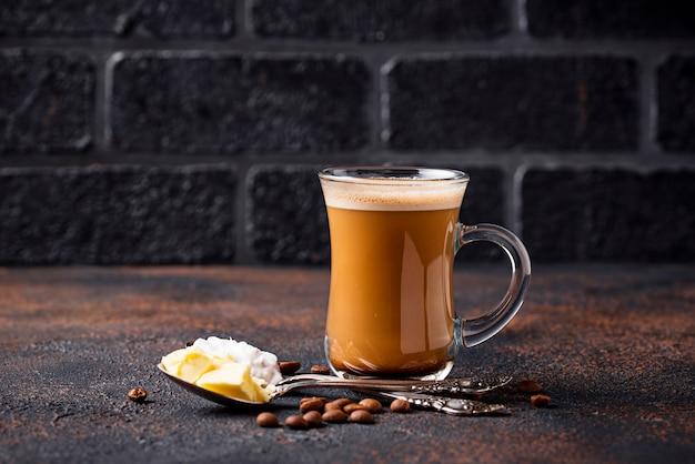 Caffè antiproiettile. bevanda chetogenica a basso contenuto di carboidrati Foto Premium