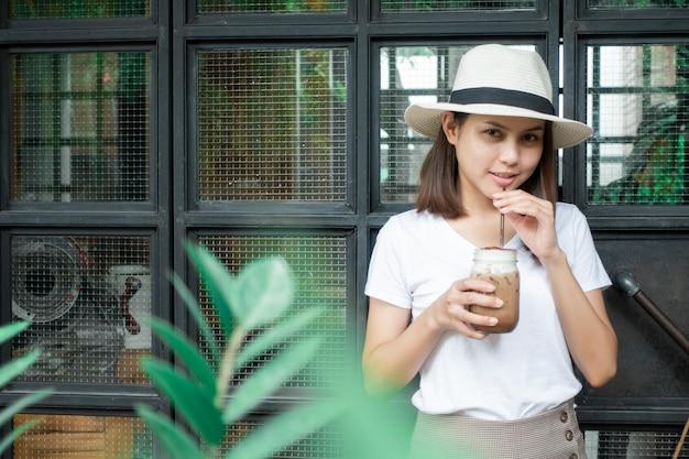 Caffè bevente della bella donna in caffetteria Foto Premium