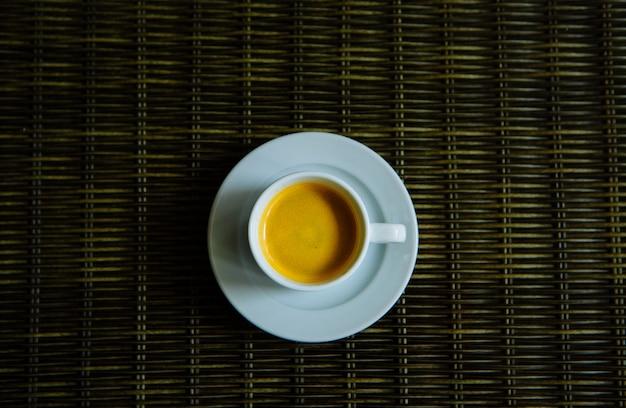 Caffè caldo in una tazza bianca Foto Premium