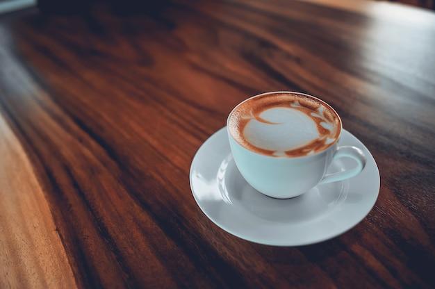 Caffè caldo pronto da bere al mattino. caffè espresso. mi piace di molte persone. Foto Premium