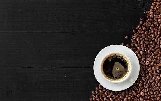 Caffè caldo su legno nero Foto Premium