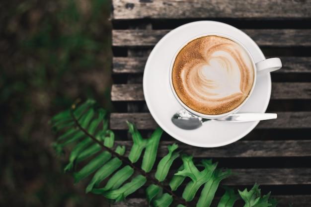 Caffè d'arte sul tavolo Foto Premium