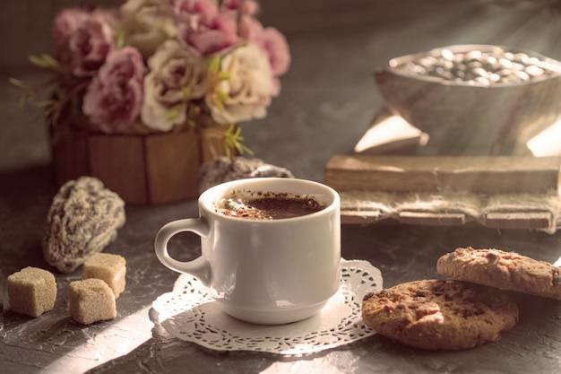 Caffè del mattino con biscotti e pezzi di zucchero di canna al sole. Foto Premium