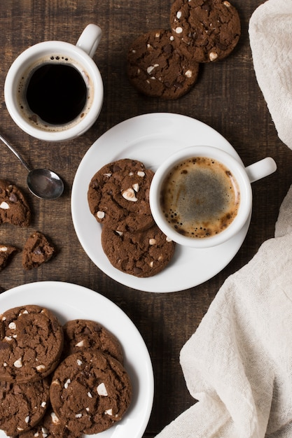 Caffè della prima colazione nella vista superiore bianca dei biscotti e della tazza Foto Gratuite