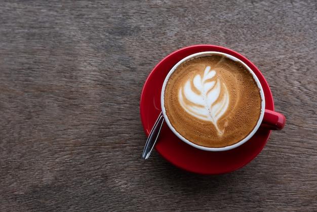 Caffè di arte del latte sulla tavola di legno, vista superiore Foto Premium