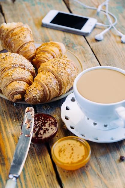 Caffè e cornetti con marmellata. colazione tipica francese (petit déjeuner) Foto Premium