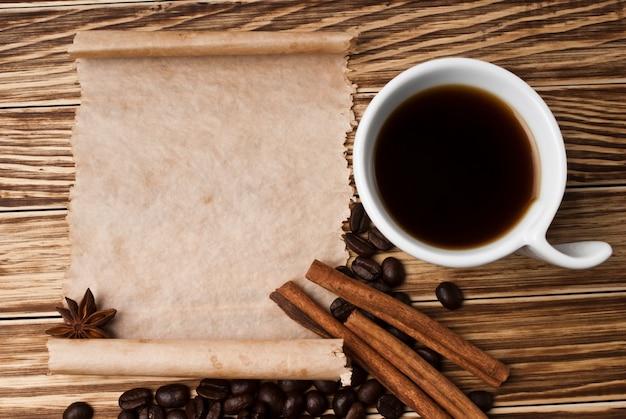 Caffè e spezie su fondo di legno Foto Premium