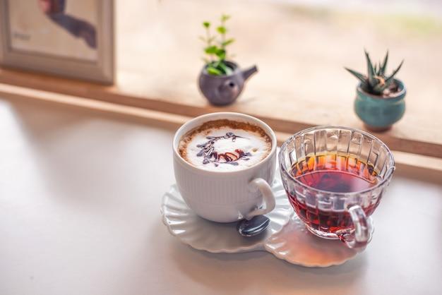 Caffè e tè caldo latte Foto Premium