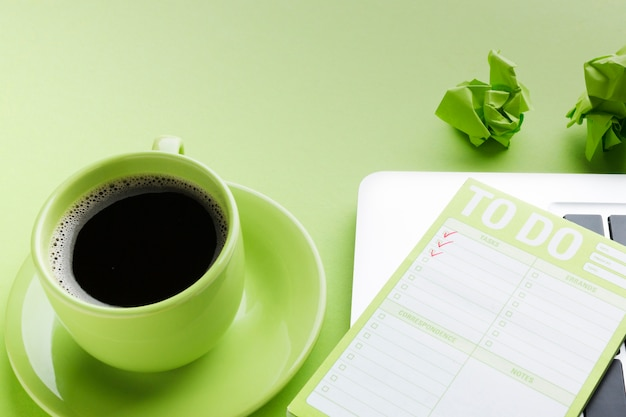 Caffè e to-do list da vicino Foto Gratuite