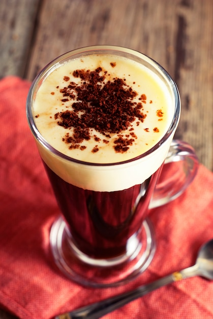 Caffè espresso. bevanda espresso con panna, condita con panna montata. rustico in legno. Foto Premium