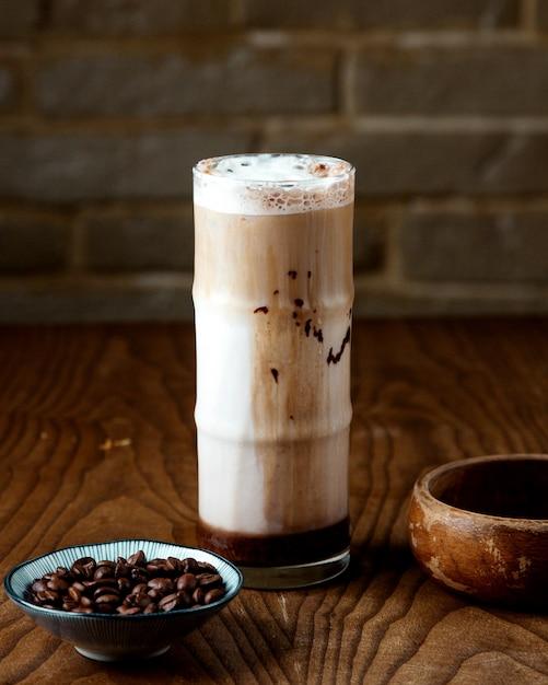Caffè freddo con latte sul tavolo Foto Gratuite