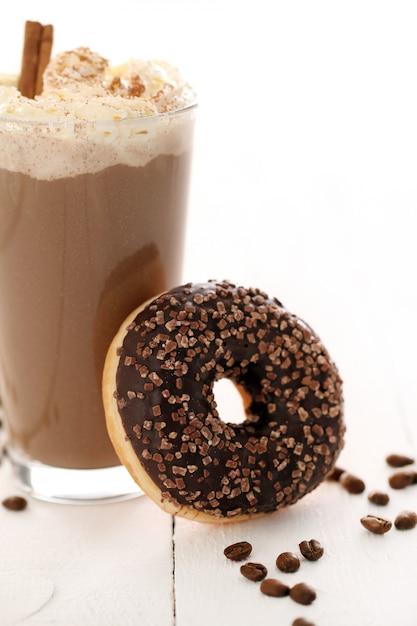 Caffè freddo con panna montata e ciambella Foto Gratuite