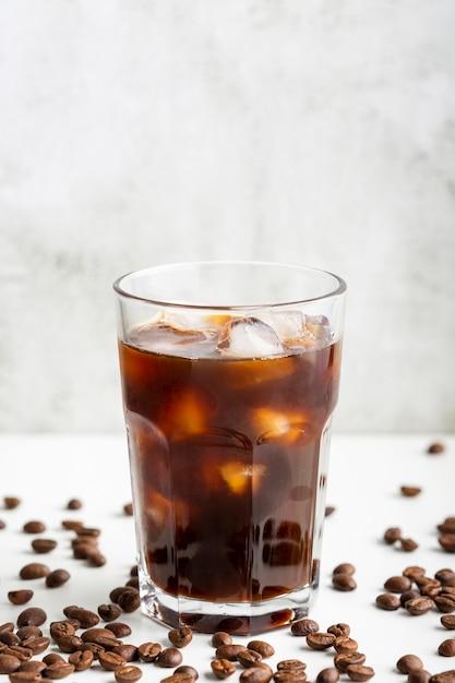Caffè fresco del primo piano con i cubetti di ghiaccio Foto Gratuite