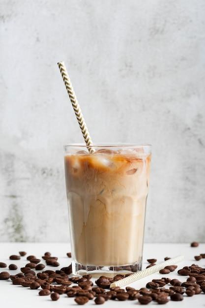 Caffè ghiacciato fresco del primo piano pronto per essere servito Foto Gratuite