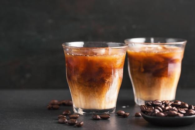 Caffè ghiacciato in bicchieri Foto Gratuite